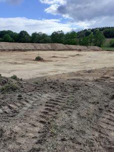 Le champ en chantier. Il deviendra un parking définitif, devant l'entrée de la carrière.