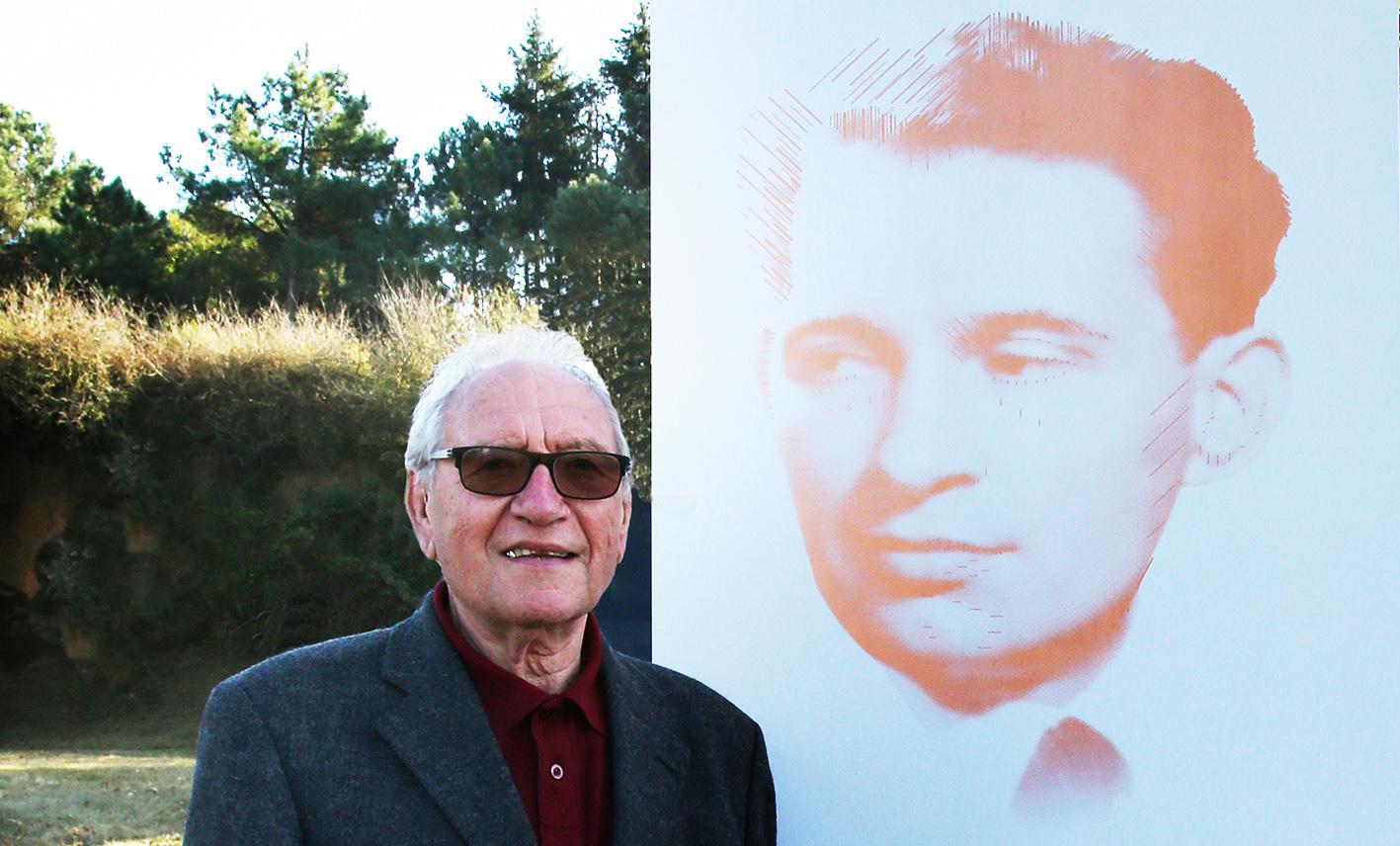 Photo de Raymond Granet à côté de la stèle de son père Désiré, fusillé, à la Carrière de Châteaubriant